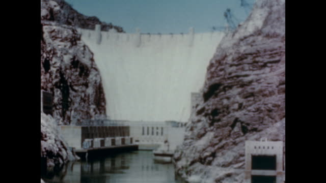 1947 hoover dam provides hydroelectric power to los angeles - hoover staudamm stock-videos und b-roll-filmmaterial