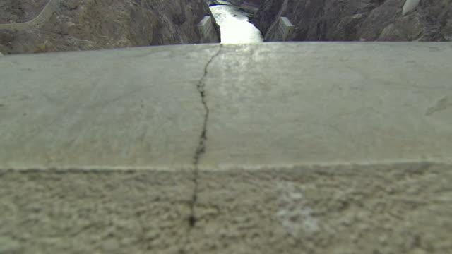 vídeos de stock, filmes e b-roll de hoover dam slide sobre a borda - represa hoover