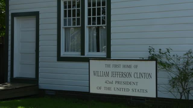 vídeos de stock, filmes e b-roll de hope arkansas birthplace home of president bill clinton to commemorate his hometown at 117 hervey street sign - escrita ocidental