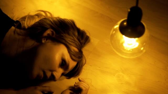 vídeos de stock, filmes e b-roll de garota de desesperança, deitado no chão - desespero