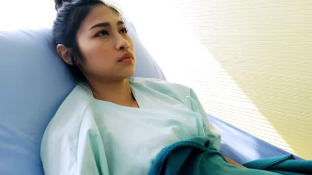 病院のベッドで絶望病気女性 - 目が回る点の映像素材/bロール