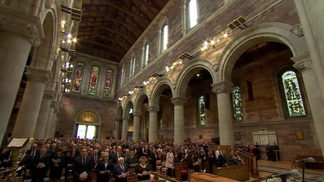 vidéos et rushes de hopes of new talks to restore northern ireland executive stall; northern ireland: belfast: st anne's cathedral: int wide view of church and funeral... - neuf