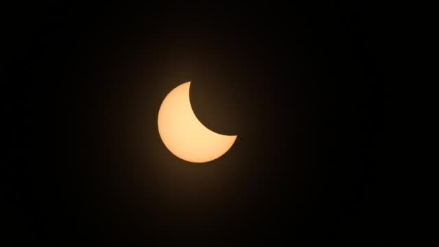 stockvideo's en b-roll-footage met eclipse phases progress before totality during the american total solar eclipse august 21 2017 in hopkinsville kentucky the last solar eclipse seen... - de ruimte en astronomie