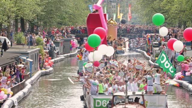 vídeos y material grabado en eventos de stock de horizontal color footage of people celebrating the annual canal parade of amsterdam pride in 2017 - pinar