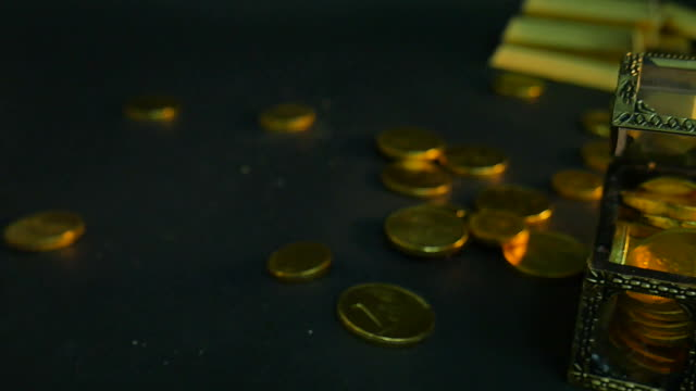 Horizontal light transition on gold coins