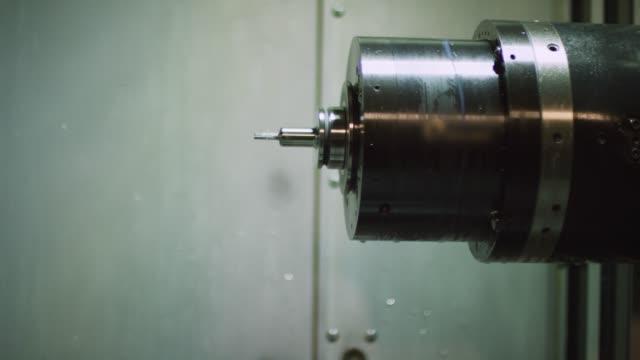 vídeos y material grabado en eventos de stock de un centro de mecanizado horizontal cambia una broca antes de cortar piezas de aluminio en una instalación de fabricación - cut video transition