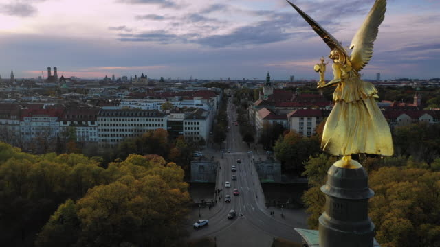 horizontal pan - autumn view over munich, germany, with angel of peace in foreground - baviera video stock e b–roll