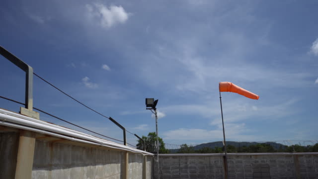 horizontally flying windsock - campo d'aviazione video stock e b–roll
