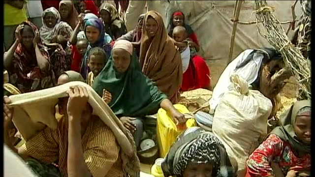 un calls emergency meeting somalia mogadishu ext refugees mainly women and children sitting on ground in camp refugee sitting on possessions tilt up... - horn of africa stock videos & royalty-free footage