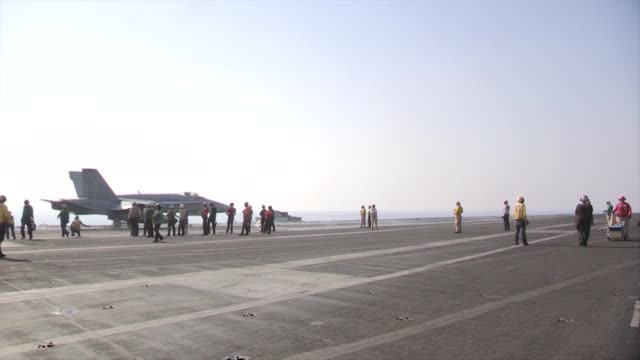 vídeos y material grabado en eventos de stock de hornets and ea-6b prowlers return to and launch from the aircraft carrier uss george h.w. bush in support of strike, surveillance and reconnaissance... - irak