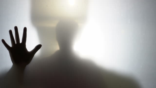 vídeos y material grabado en eventos de stock de hombre de horror tras el cristal mate - crimen