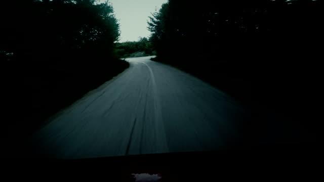 Horror cenas. Carro rápido condução em floresta