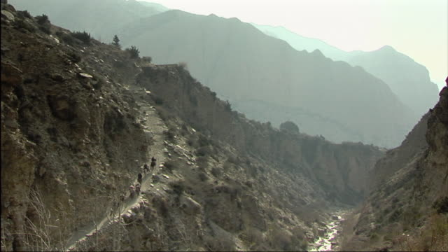 stockvideo's en b-roll-footage met ws ha horse caravan ascending mountain / mustang, nepal - extreem terrein
