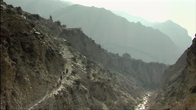 ws ha horse caravan ascending mountain / mustang, nepal - extremlandschaft stock-videos und b-roll-filmmaterial