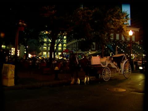 stockvideo's en b-roll-footage met ms, pan, horse carriage on street at dusk / boston - werkdier