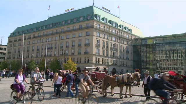ms horse carriages at pariser platz in front of hotel adlon / berlin, germany - arbeitstier stock-videos und b-roll-filmmaterial