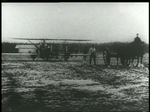 b/w 1903 horse cart drawing early plane over field - 1903 stock-videos und b-roll-filmmaterial