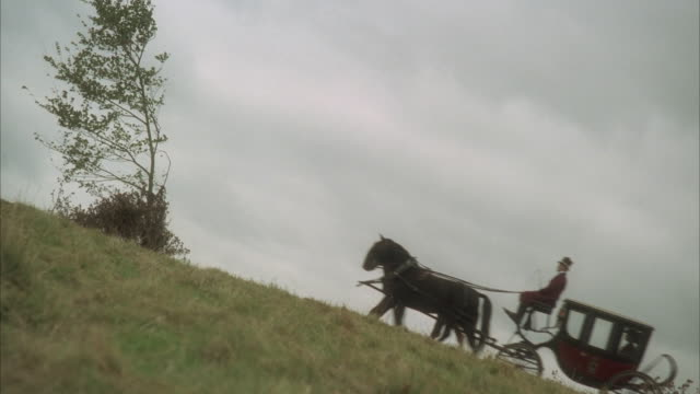 vidéos et rushes de ms, reenactment horse drown carriage riding up hill - voiture attelée