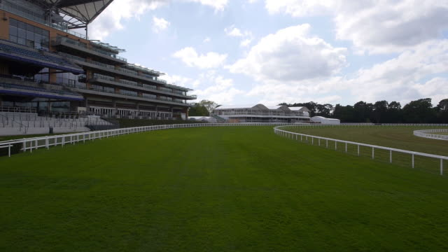 horse eye view crossing the finish line at ascot racecourse - captured by a licensed uav operator with pfaw - イギリス アスコット競馬場点の映像素材/bロール