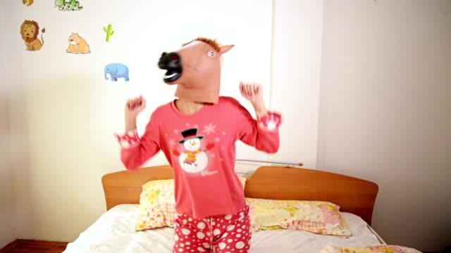 vídeos de stock, filmes e b-roll de máscara de cabeça de cavalo - fofo descrição geral