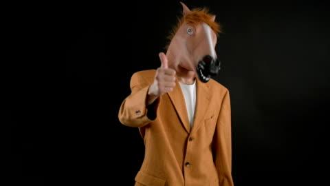 vidéos et rushes de masque de tête de cheval - cheval