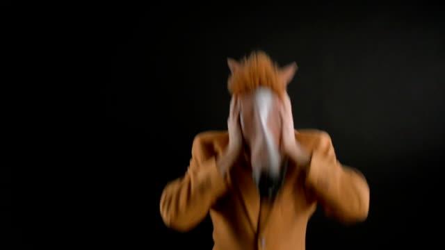 pferd kopf maske - kopf schütteln stock-videos und b-roll-filmmaterial