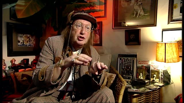 stockvideo's en b-roll-footage met int john mccririck interview sot - john mccririck