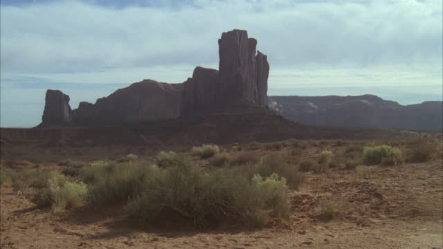 WS Horse riding toward at monument valley / Unspecified