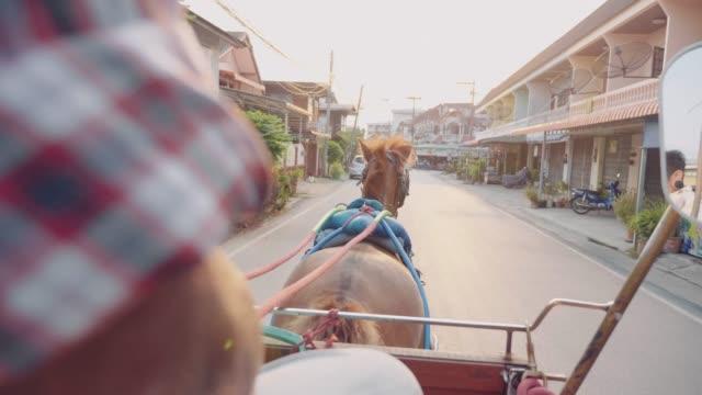 vídeos de stock e filmes b-roll de horse taxi at the streets of lampang - táxi
