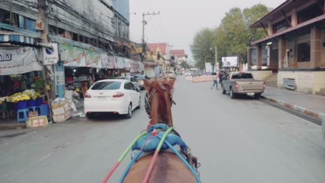 ランパーンの路上での馬のタクシー - 名所旧跡点の映像素材/bロール