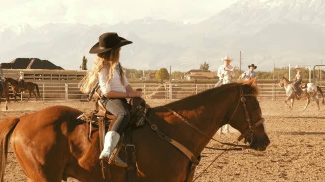 reiten in der dressur auf ranch in den usa - zaum stock-videos und b-roll-filmmaterial