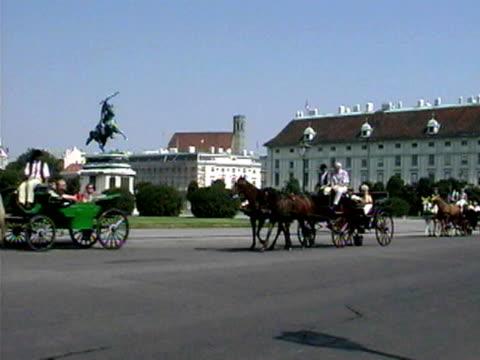 vídeos y material grabado en eventos de stock de horse-drawn carriages in vienna - tracción de caballos