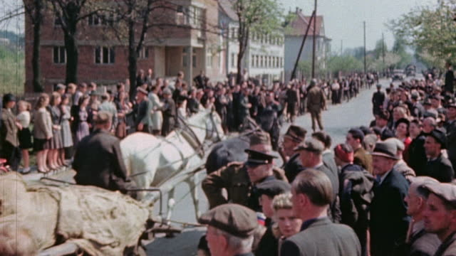 vidéos et rushes de ha horsedrawn cart loaded with covered german army casualties passing through crowd of watching civilians - animaux au travail