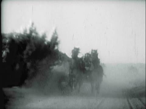 reenactment montage horse-drawn covered wagons and horses galloping across plains / united states - galoppera bildbanksvideor och videomaterial från bakom kulisserna