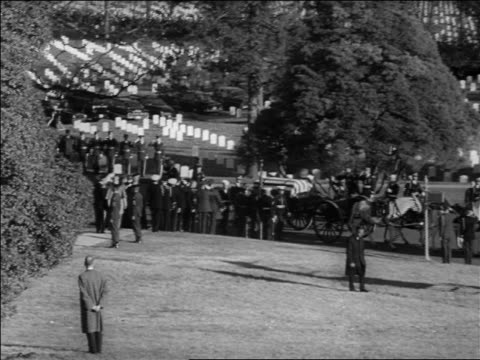vídeos de stock e filmes b-roll de b/w 1963 horsedrawn wagon with jfk's coffin stopping in arlington cemetery / washington dc / newsreel - cemitério nacional de arlington
