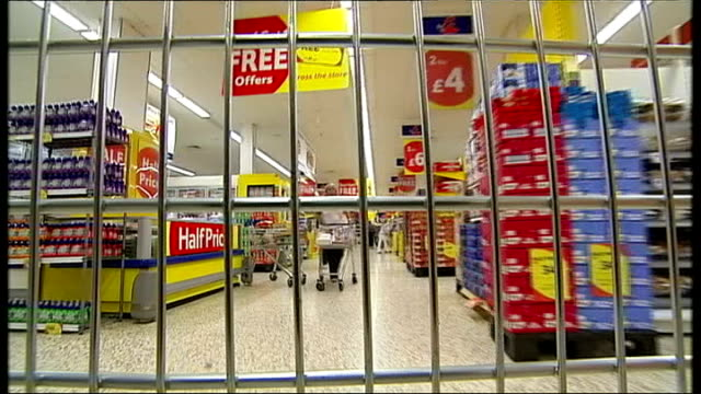 evidence found in uk raids handed to european police r15040801 berkshire warfield view from inside supermarket trolley as pushed around tesco store - 馬肉点の映像素材/bロール