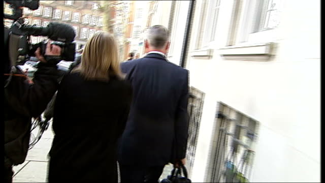 major supermarkets meet owen paterson in effort to rebuild trust england london westminster ext reporter to camera man leaving defra meeting and... - オーウェン・パターソン点の映像素材/bロール