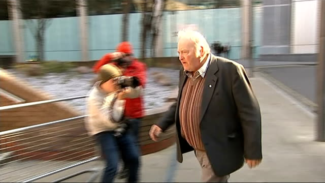 peter boddy arrives at southwark crown court england london southwark crown court ext peter boddy along from taxi and towards court entrance / boddy... - 馬肉点の映像素材/bロール