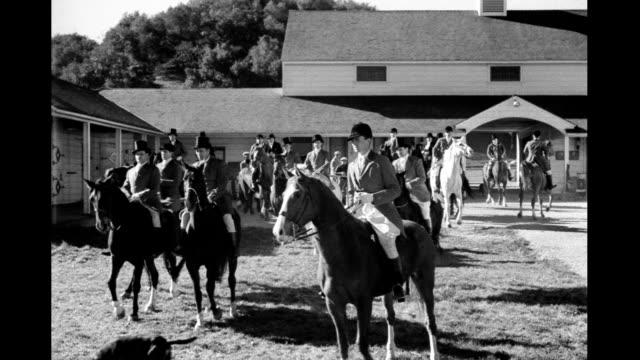 vídeos y material grabado en eventos de stock de horsemen and dogs in barnyard preparing for hunt on january 01 1940 - perro cazador