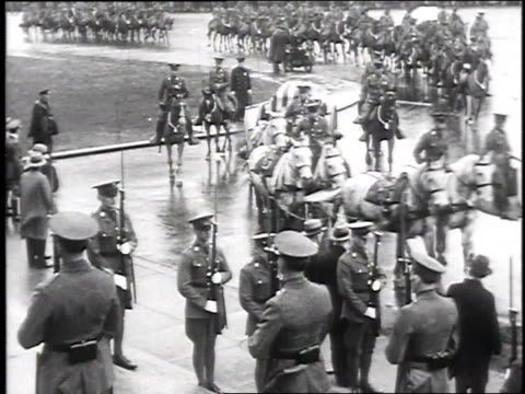 stockvideo's en b-roll-footage met horses hauling the gun carriage and flag draped casket past military honor guard at attention at president taft's funeral on march 15, 1930 /... - werkdier