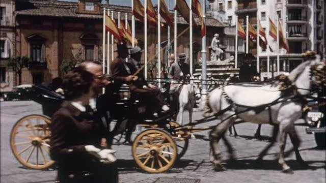 vidéos et rushes de horses pull passenger carriages and  children ride on horses during the seville fair in spain. - spain
