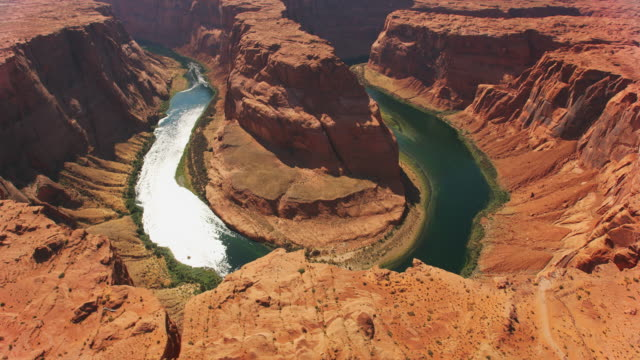 vídeos de stock e filmes b-roll de aerial horseshoe bend and the colorado river shining in the sun - grand canyon national park