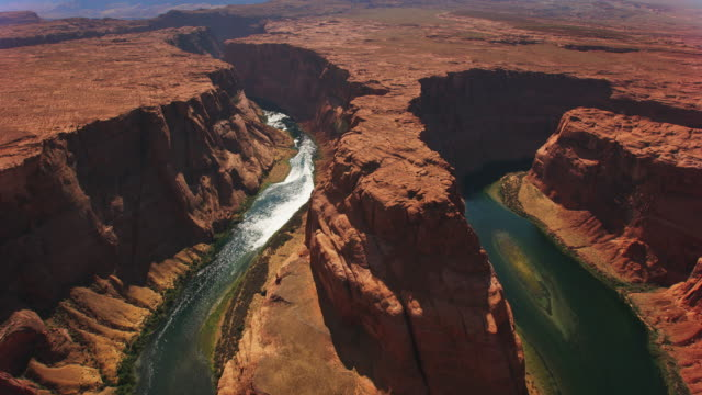 aerial horseshoe bend in arizona an einem sonnigen tag - grand canyon stock-videos und b-roll-filmmaterial