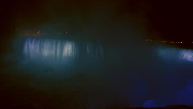 horseshoe falls at the niagara falls canadian side at night, illuminated with colorful lights - ナイアガラ滝点の映像素材/bロール