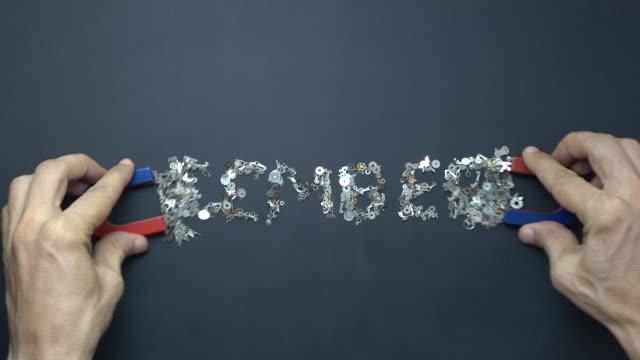 Hoefijzer magneet In menselijke Hand tekst intoetsen 31 DECEMBER met metalen Clockworks op Blackboard