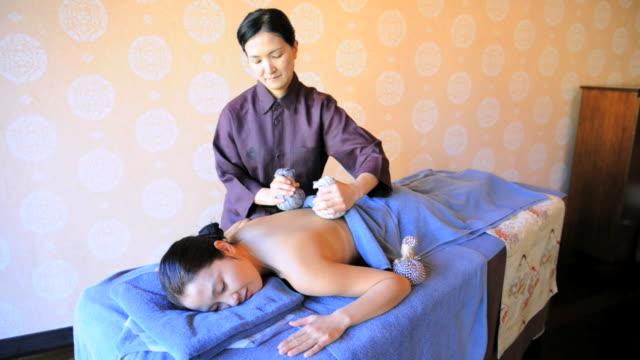 vídeos de stock, filmes e b-roll de hoshinoya karuizawa luxury resort at the foot of mt. asam. sake massage. - leste