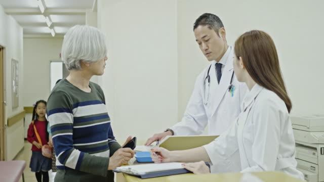sjukhus verksamhet - sjuksköterskereception bildbanksvideor och videomaterial från bakom kulisserna