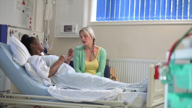 vídeos de stock, filmes e b-roll de hospital patient receiving bad news - visita