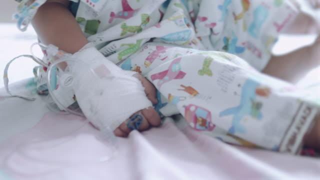 hospital patient with iv drip - soltanto un neonato maschio video stock e b–roll