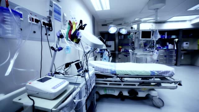 ospedale sala postoperatoria - misurare il polso video stock e b–roll